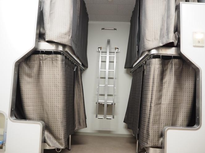 各二段ベッドにはカーテンがついています。