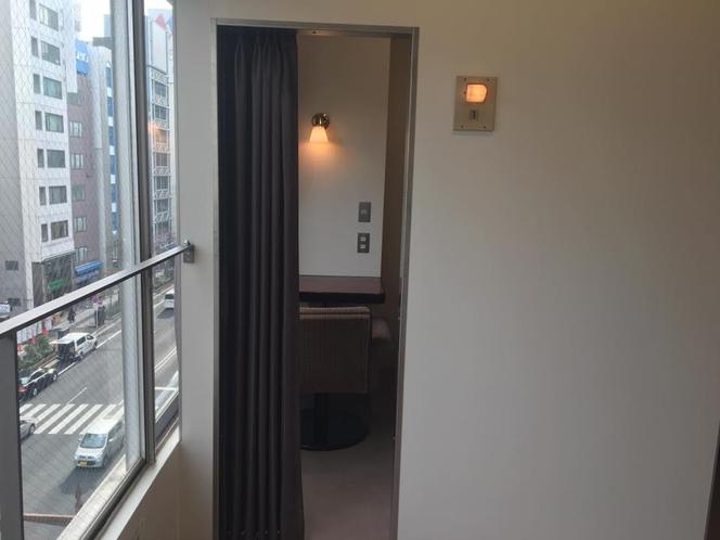 A個室(1名用半個室)の入口です。ここだけ別格です。