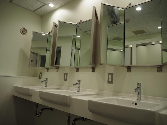 お手洗いの鏡も3面で使いやすい!!