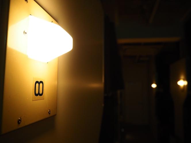 客室の消灯後の様子です。