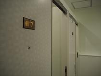 お手洗いも寝台列車の実物のドアを使用しております。