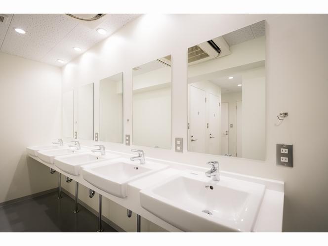 6階シャワー室の洗面台も広々きれいです!