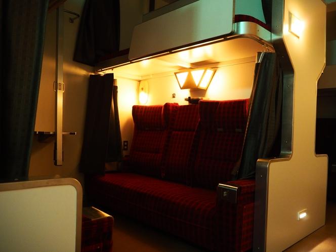 各ベッドには読書灯もついております。