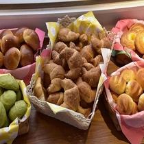 【朝食は無料の軽食付】プランの進々堂のパン(パンは実物と異なる場合がございます)