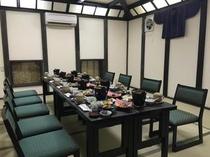 テーブルと椅子の宴会場