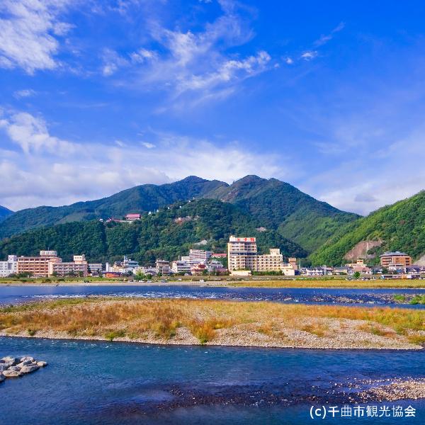 千曲川対岸から見た上山田温泉街です。