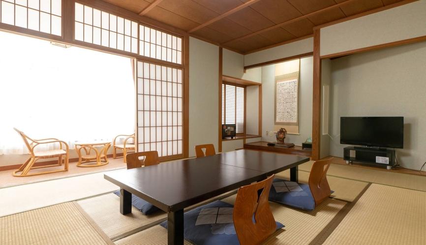 和室一例 明るい日差しが差し込む大きな窓、広縁あり