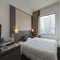 ダブルサイズのベッドを配置し、お二人でゆったりとお泊まりいただける客室です。