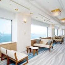 東京ベイの雄大な眺望をお楽しみいただけるホワイエ。