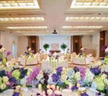 結婚式、披露宴・二次会ともに華やかに。