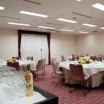 中規模の宴会場で、立食・着席など様々なシーンに柔軟に対応できる空間です。