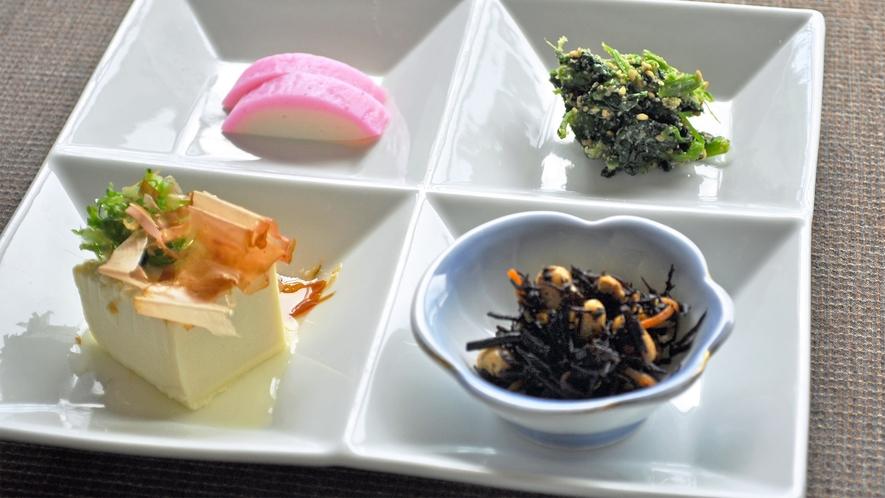 【朝食一例】冷ややっこ、和え物など