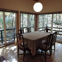 *2階のダイニング 大きな窓からは森の風景が眺められます。
