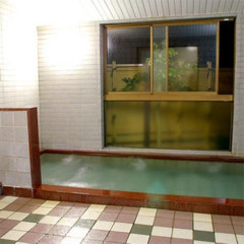【大浴場(男湯)】当館のお風呂はちょっと珍しい【人工セラミック温泉】。身体の芯から温まると評判!!