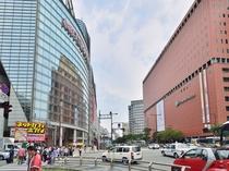 渡辺通り 天神のど真ん中を通ります。ヤフオクドームや福岡タワー行のバスはココから