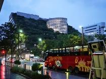 オープントップバス 福岡の観光名所を巡るオープントップバス。福岡市役所前より運行しています。