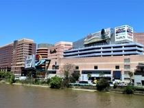 【キャナルシティ博多】九州屈指の商業施設。ラーメンスタジアムや映画館、劇団四季専用劇場などがあります
