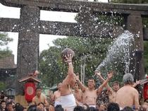 【玉せせり】毎年新年3日に開催される、九州屈指の奇祭。