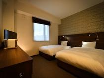 ツインルーム 18㎡のお部屋です。ベッドサイズは広々セミダブルサイズなので、お子様の添い寝も可能です