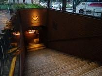 天神地下街 ホテルから徒歩10分。渡辺通り沿いに地下街への入口がございます
