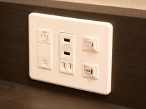 【デスク上コンセント】 冷蔵庫やデスクライトのスイッチはこちらになります。