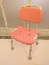 ユニバーサルツインルームのバスルームには、椅子がございます。