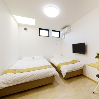 【個室・洋室】セミダブルベッド×1台+シングルベッド×1台