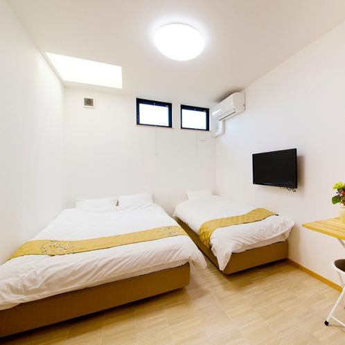 【洋室】セミダブルベッド1台+シングルベッド1台/11平米