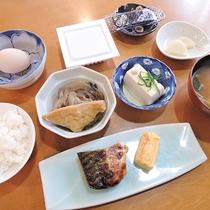 *【朝食一例】素朴ですが、素材にこだわった家庭的な朝食が好評♪
