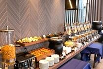 【朝食】ビュッフェ形式です(天気がよければ、レストランからは桜島がはっきりと見えます♪)