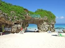 【砂山ビーチ】天然岩のアーチ