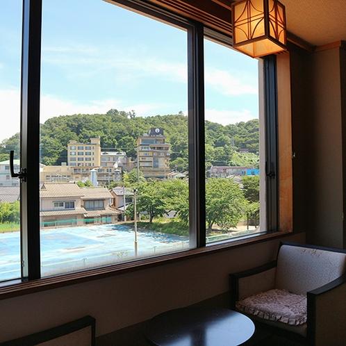 *【温泉街側・和室10畳一例/眺望】瀬波の温泉街を望みます