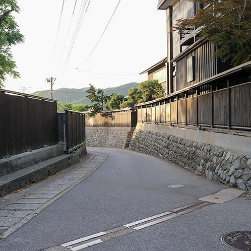 *【黒塀通り】当館より車で約10分