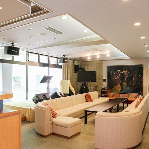 *【ラウンジ】客様がくつろげるお部屋。その時々に、時代を感じさせる音楽や映像が心を慰めてくれます。