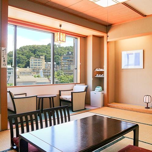 *【温泉街側・和室10畳一例】瀬波温泉の街側を望む、和室10畳(洗浄機能付トイレ)の客室