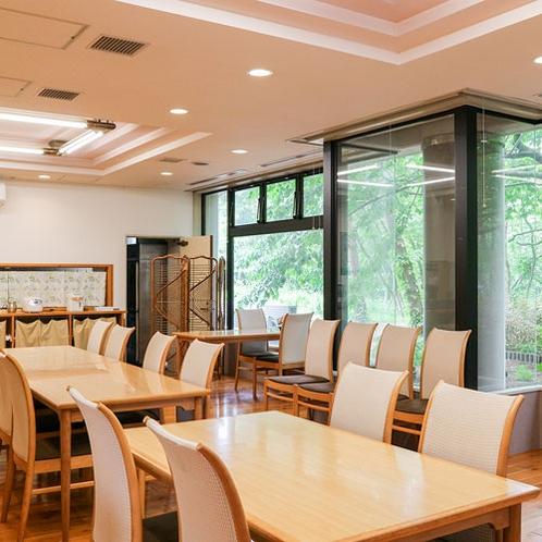 *【食堂】大きな窓からは四季折々の木立が望めます