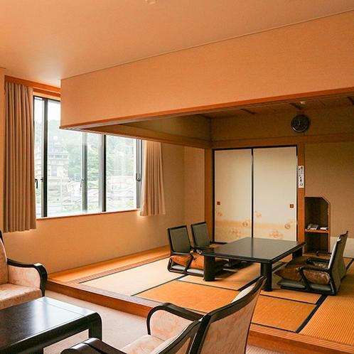 *【温泉街側・ファミリールーム一例】和室8畳と洋室5畳(ソファーセット)のバス・トイレ付の客室
