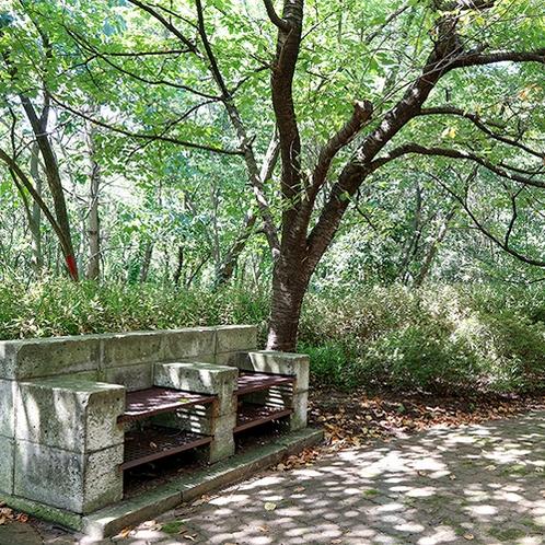 *【当館周辺】木立が心地よい閑静な立地です。屋外にはBBQスペースもございます。