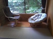 鹿の見える窓(キーンて鳴いたら裏庭に)