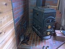 薪ストーブのある山小屋風別荘