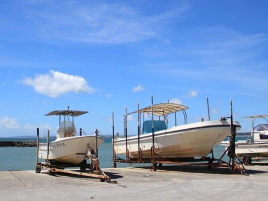 ヤカビーチの端にある屋嘉漁港。釣りを楽しむ人も見かけます。