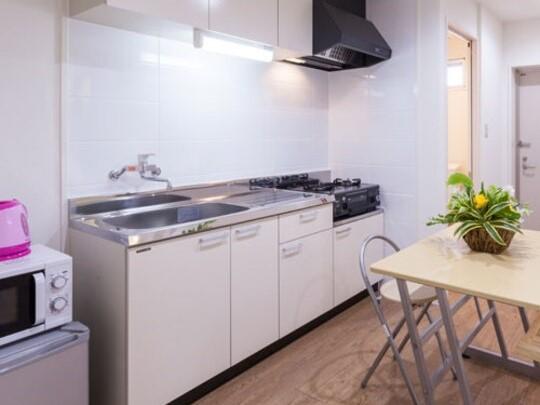 【キッチン】コンパクトながら十分なサイズのシステムキッチン。