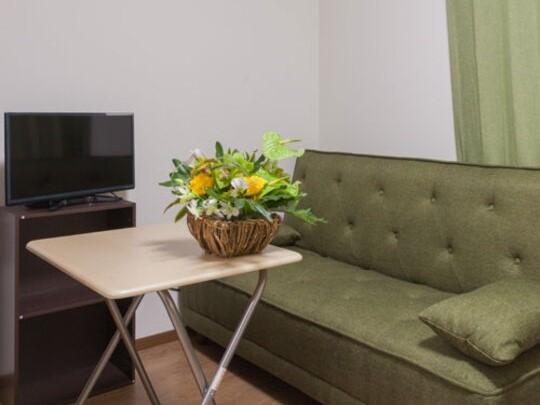 【寝室】ソファー。折りたたみ式テーブルは便利にご利用下さい。