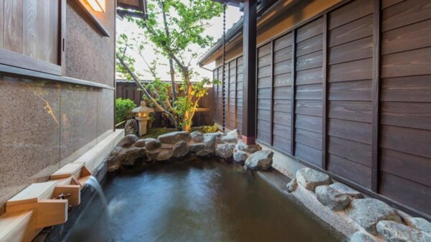 【客室風呂】別邸:月路・天然温泉露天風呂(一例)