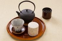 南部鉄器の急須と陶器の茶器セット