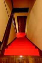 赤いじゅうたんの階段