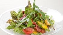 朝摘み野菜のガーデンサラダ 南国フルーツのドレッシング(790円)