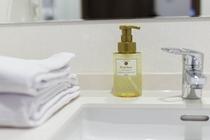 ローヤルゼリーエキス・オリーブオイル配合 1本で3役の洗顔・シェービングフォーム・ハンドソープ