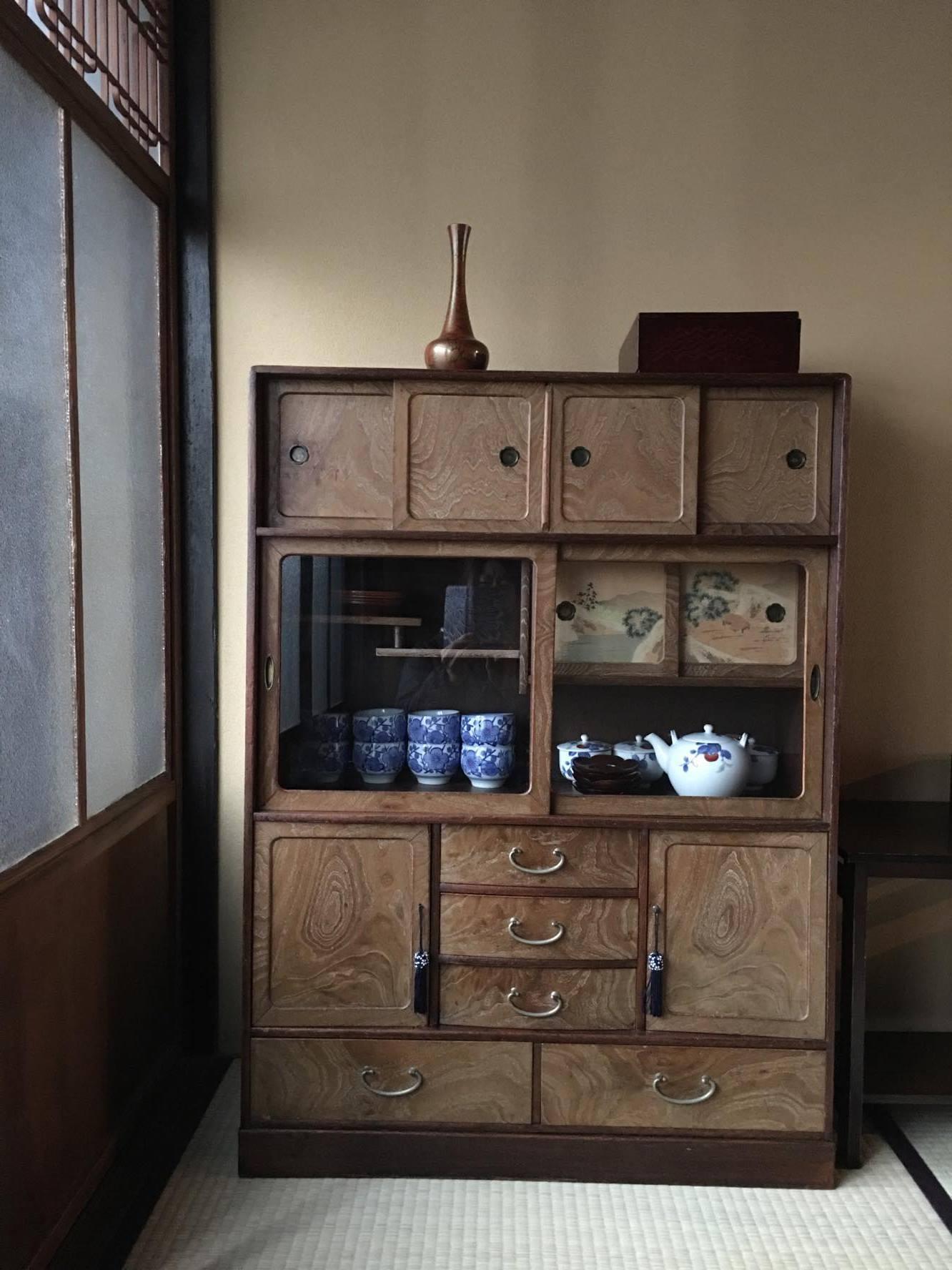 居間の茶箪笥