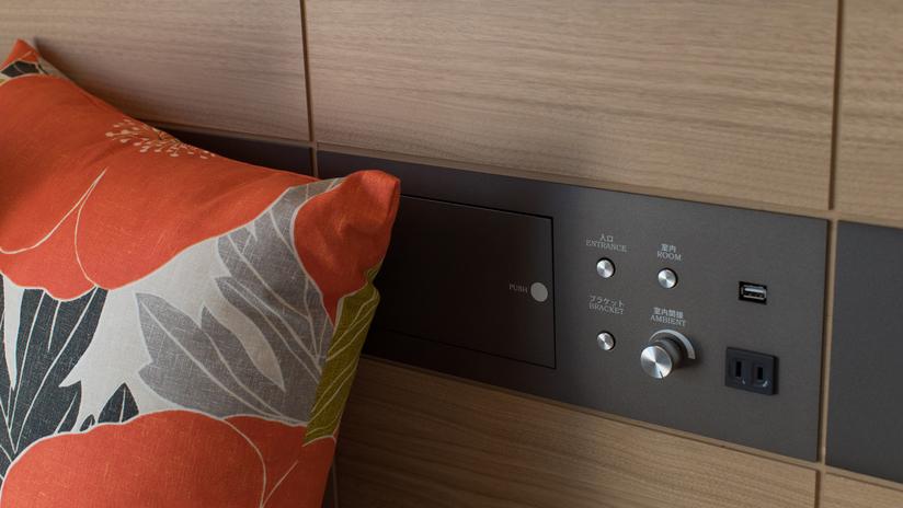 客室照明スイッチ 枕元にはコンセントとUSBポートを完備